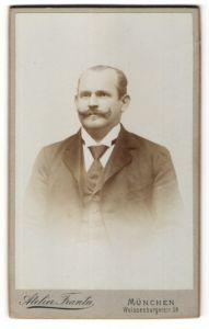 Fotografie Atelier Franta, München, Portrait Mann mit Schnauzbart im Anzug mit Krawatte