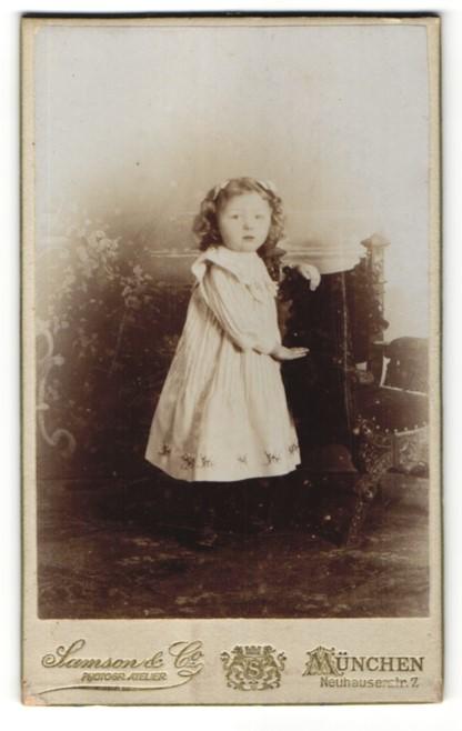 Fotografie Samson & Co., München, Portrait kleines Mädchen im weissen Kleid