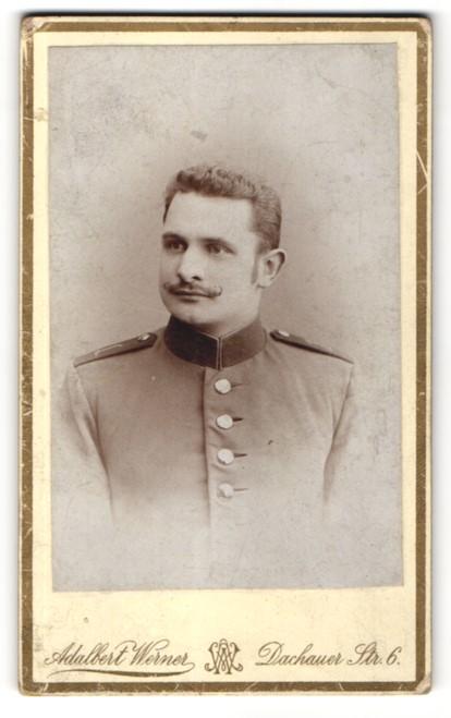 Fotografie Adalbert Werner, München, Portrait Soldat in Uniform