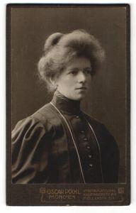 Fotografie Oscar Pöckl, München, Portrait Frau in zeitgenössischer Kleidung mit Halskette