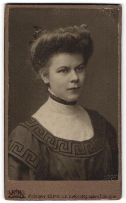 Fotografie Gebr. Lützel, München, Portrait Frau in zeitgnössischer Kleidung mit Hochsteckfrisur