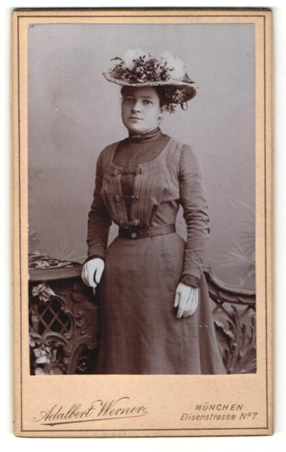 Fotografie Adalbert Werner, München, Portrait Frau im bürgerlichen Kleid mit Hut