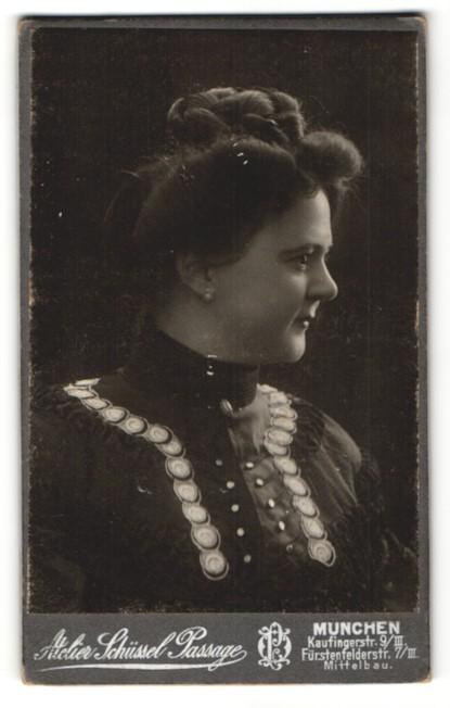 Fotografie Atelier Schüssel Passage, München, Portrait Frau im zeitgenöss. Kleid mit Hochsteckfrisur