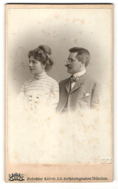 Fotografie Gebr. Lützel, München, Portrait Paar in bürgerlicher Kleidung