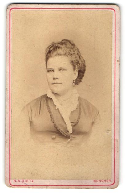 Fotografie N. A. Dietz, München, Portrait Frau in zeitgenöss. Kleidung mit zurückgebundenem Haar