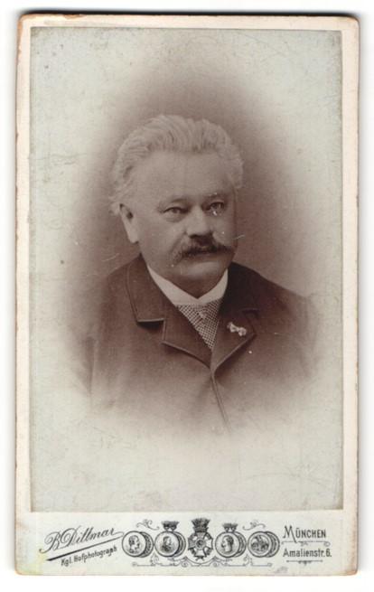 Fotografie B. Dittmar, München, Portrait älterer Mann mit Schnauzbart in Bürgerlicher Kleidung