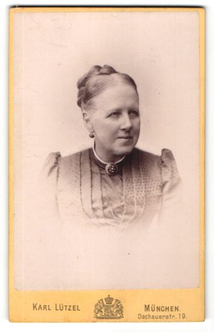 Fotografie Karl Lützel, München, Portrait Frau mit Hochsteckfrisur im Kleid mit Puffärmeln und Kragenbrosche
