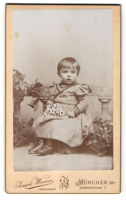 Fotografie Joseph Werner, München, Portrait Kleinkind im karierten Kleid mit Halskette und Blumen