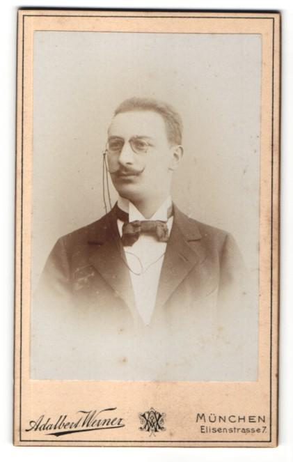 Fotografie Adalbert Werner, München, Portrait Mann mit Schnauzbart und Zwicker im Anzug