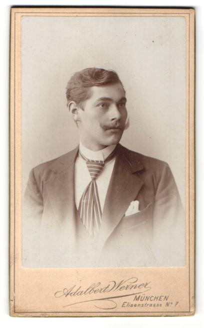 Fotografie Adalbert Werner, München, Portrait junger Mann mit Schnauzbart und gestreifter Krawatte im Anzug