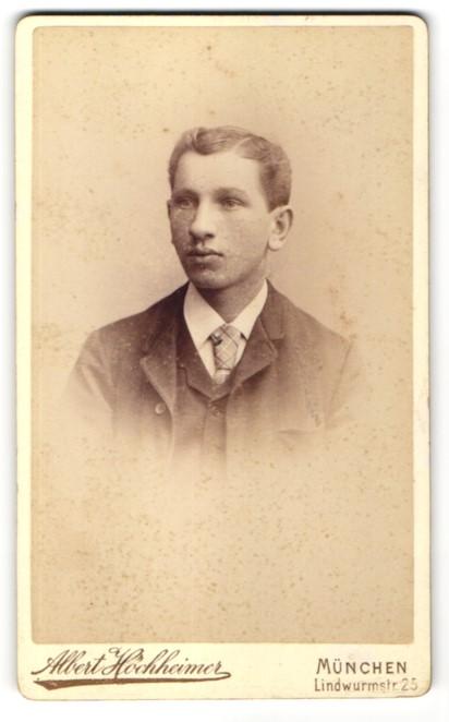 Fotografie Albert Höchheimer, München, Portrait junger Mann im Anzug mit Krawatte