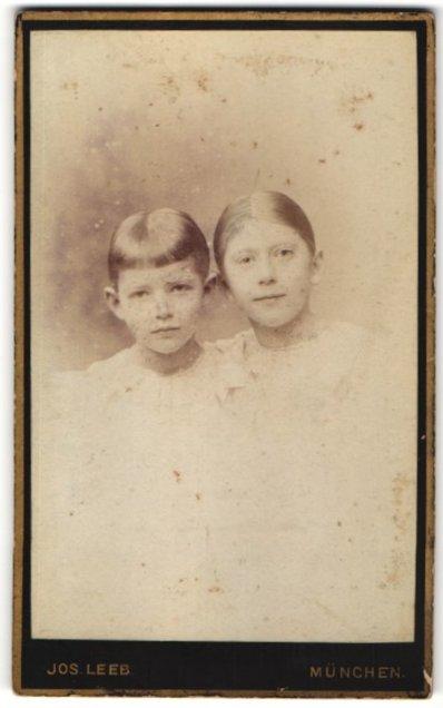 Fotografie Jos. Leeb, München, Portrait zweier Mädchen in weissen Kleidern