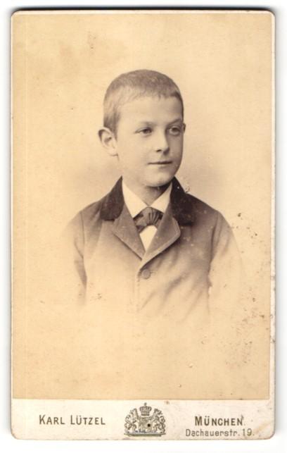 Fotografie Karl Lützel, München, Portrait kleiner Junge in zeitgenöss. Kleidung mit Fliege