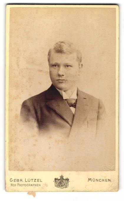 Fotografie Gebr. Lützel, München, Portrait junger Mann im Anzug mit Fliege