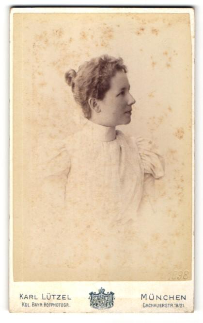 Fotografie Karl Lützel, München, Portrait Frau im Kleid mit Puffärmeln mit zurückgebundenem Haar