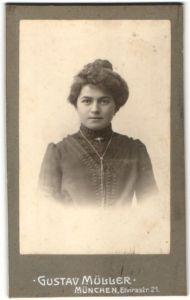 Fotografie Gustav Müller, München, Portrait Frau mit Hochsteckfrisur in bürgerlicher Kleidung mit Halskette