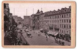 Fotografie Römmler & Jonas, Dresden, Ansicht München, Pferdebahn vor dem Karlsthor, Ladengeschäfte