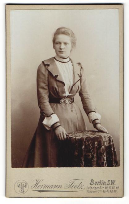 Fotografie Hermann Tietz, Berlin S. W., Portrait Mädchen im bürgerlichen Kleid mit Gürtel