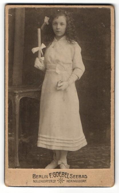 Fotografie F. Goebel, Berlin, Portrait Mädchen mit Locken im weissen Kleid mit Kerze