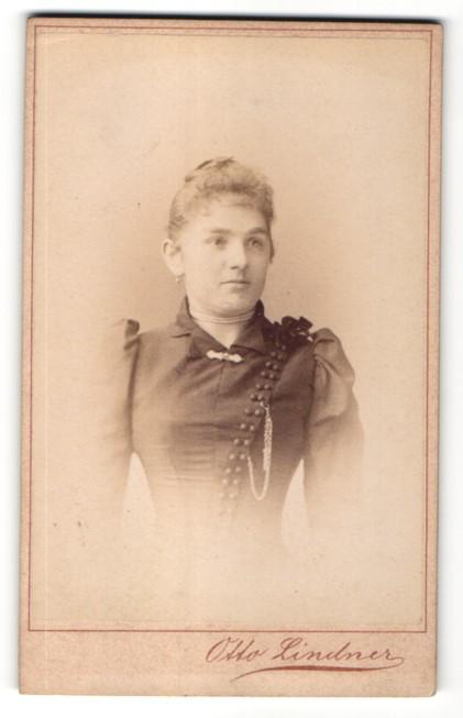 Fotografie Otto Lindndner, Berlin, Portrait junge Frau im bürgerlichen Kleid mit Perlenkette