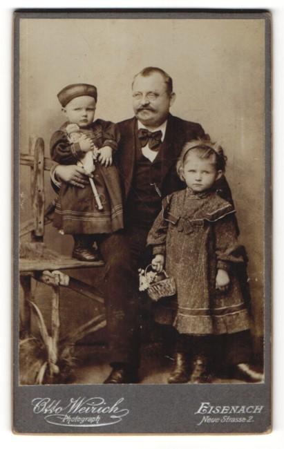 Fotografie Otto Weirich, Eisenach, Portrait Mann mit Brille und zwei Kinder in bürgerlicher Kleidung