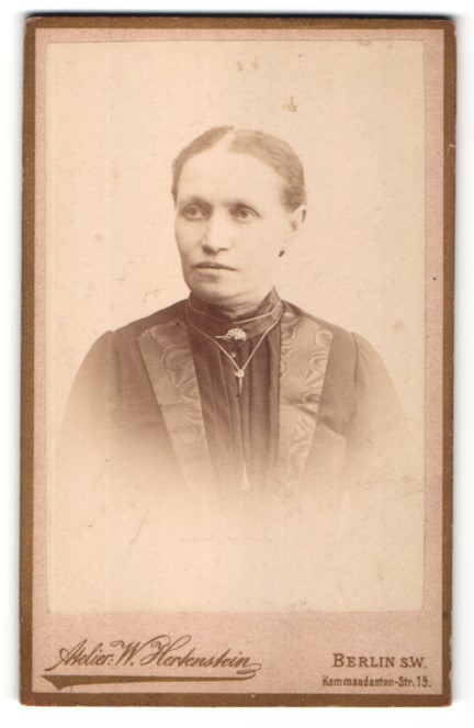 Fotografie W. Hertenstein, Berlin, Portrait Frau in zeitgenössischer Kleidung mit zurückgebundenem Haar
