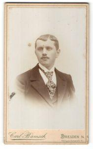 Fotografie Carl Bamsch, Dresden, Portrait Mann mit Oberlippenbart im Anzug mit Krawatte