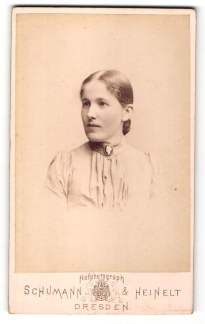 Fotografie Schumann & Heinelt, Dresden, Portrait Frau mit zurückgebundenem Haar in einer Bluse mit Kragenbrosche