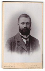 Fotografie Wilhelm Stein, Berlin, Portrait Mann mit Vollbart im Anzug mit Krawatte