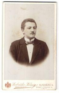 Fotografie Gebrüder Koenig, Altenburg-S. Portrait Mann mit Oberlippenbart im Anzug mit Fliege