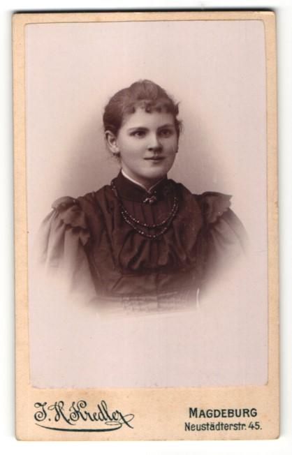 Fotografie J. H. Kredler, Magdeburg, Portrait charmant lächelndes Fräulein mit schwarzer Perlenhalskette