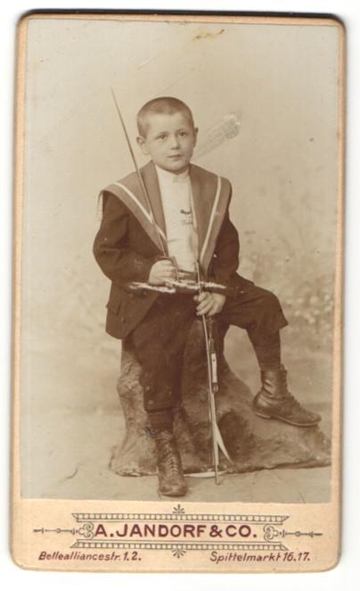 Fotografie A. Jandorf & Co, Berlin, Portrait frecher Bube mit kurzem Haar im Matrosenanzug und Schnürstiefeln