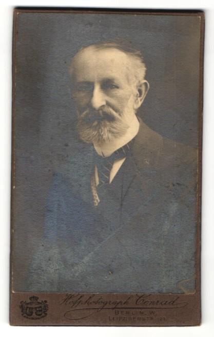 Fotografie Conrad, Berlin, charmanter betagter Herr mit Vollbart und gestreifter Krawatte im Anzug