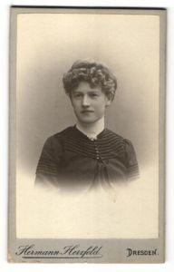 Fotografie Hermann Herzfeld, Dresden, Portrait Mädchen in eleganter Kleidung mit Locken