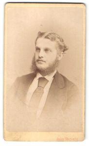 Fotografie Franz Neumayer, München, Portrait Mann mit Vollbart im Anzug mit Krawatte
