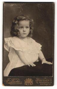 Fotografie J. Fuchs, Dresden, Portrait kleines Mädchen im weissen Kleid mit Haarschleife