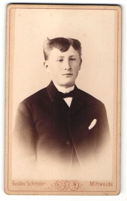 Fotografie Gustav Schröder, Mittweida, Portrait Junge im Anzug mit Fliege