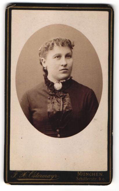 Fotografie F. X. Ostermayr, München, Portrait Frau mit Locken und Brosche in eleganter Kleidung