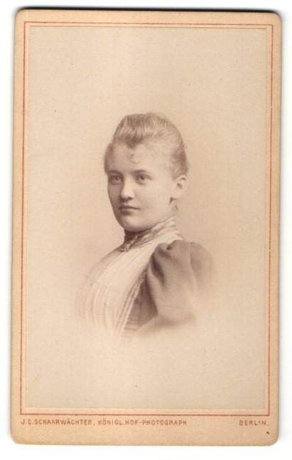 Fotografie J. C. Schaarwächter, Berlin, Portrait Mädchen im Kleid mit Puffärmeln