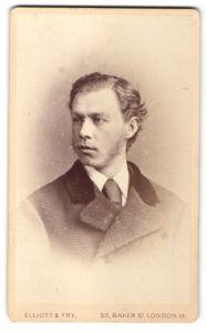 Fotografie Elliott & Fry, London, Portrait Mann mit Bart in einer Winterjacke mit Krawatte