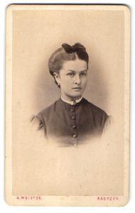 Fotografie A. Meister, Bautzen, Portrait junge Frau mit Haarschleife in zeitgenössischer Kleidung mit Brosche