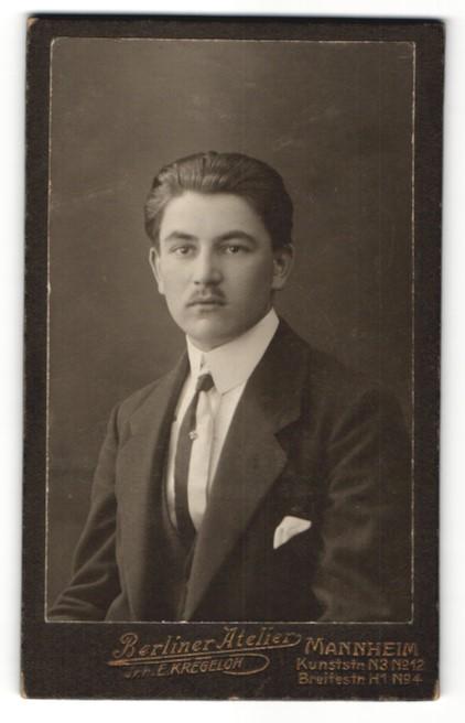 Fotografie E. Kregeloh, Mannheim, Portrait junger Mann mit Oberlippenbart im Anzug