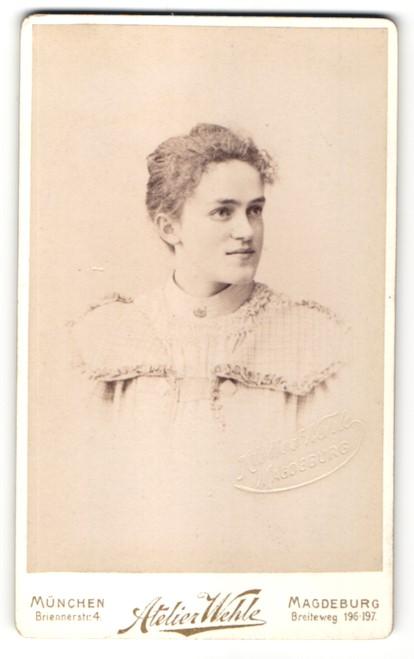 Fotografie Atelier Wehle, München & Magdeburg, Portrait junge Frau mit zusammengebundenem Haar