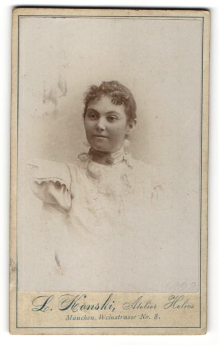Fotografie L. Konski, München, Portrait Fräulein mit zusammengebundenem Haar
