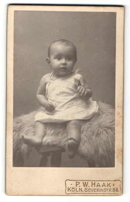 Fotografie P. W. Haak, Köln, Portrait Säugling in Leibchen