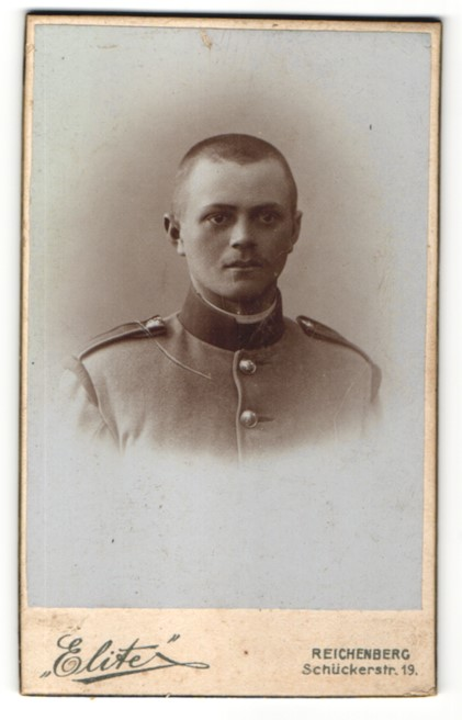 Fotografie Atelier Elite, Reichenberg, Portrait junger charmanter Soldat in interessanter Uniform