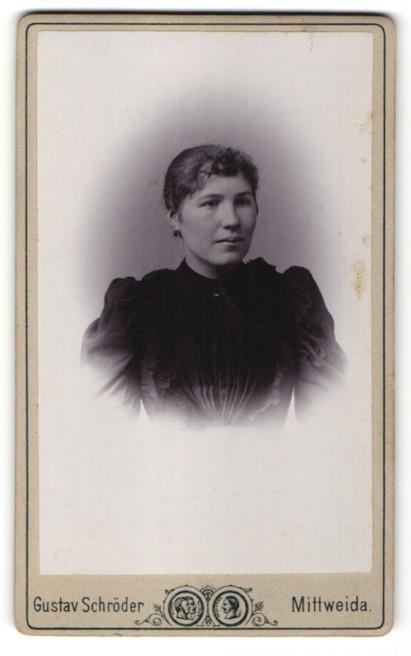 Fotografie Gustav Schröder, Mittweida, Portrait hübsche junge Frau in eleganter schwarzer Rüschenbluse