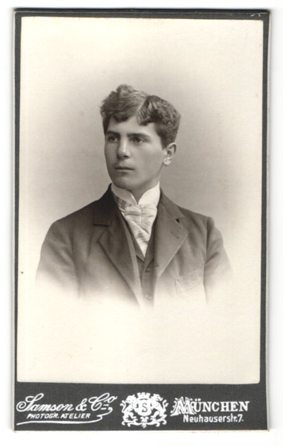Fotografie Samson & Co, München, Portrait dunkelhaariger junger Mann in gestreifter Krawatte
