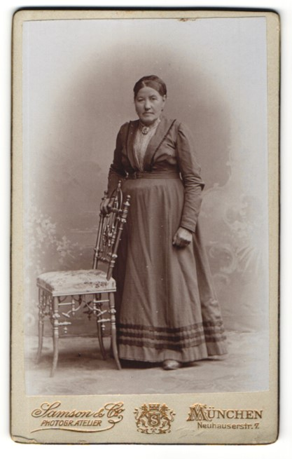 Fotografie Samson & Co, München, Portrait charmante ältere Dame mit Brosche im elegenaten Kleid