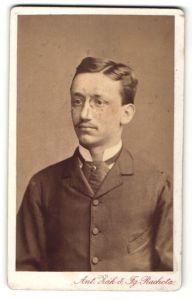 Fotografie Ant. Zak & Fg. Rachota, Prag, junger Herr im Anzug mit Seitenscheitel